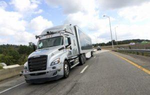 Le Freightliner autonome roule sur route ouverte